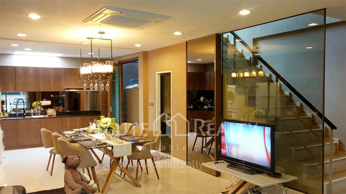 Townhouse  for sale Pattanakarn Road image1